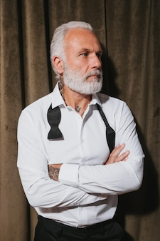 ベルベットの壁に白いシャツのポーズで魅力的な男