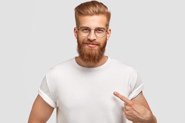 Модель привлекательного человека с модной прической и бородой, одетая в белую футболку