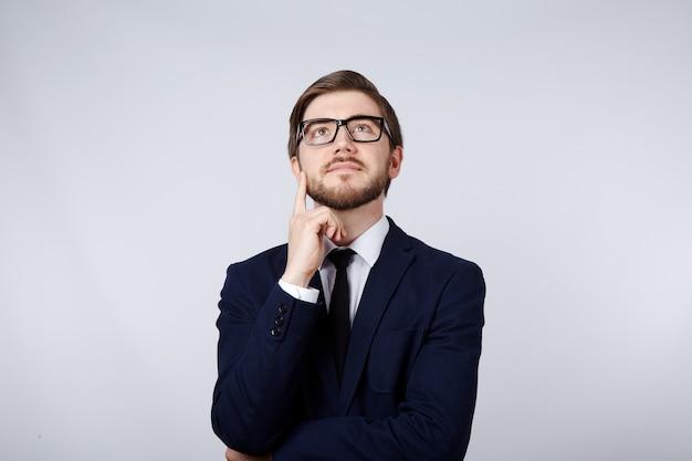 양복과 안경 벽 생각, 비즈니스 개념, 복사 공간, 초상화를 입고 매력적인 남자.