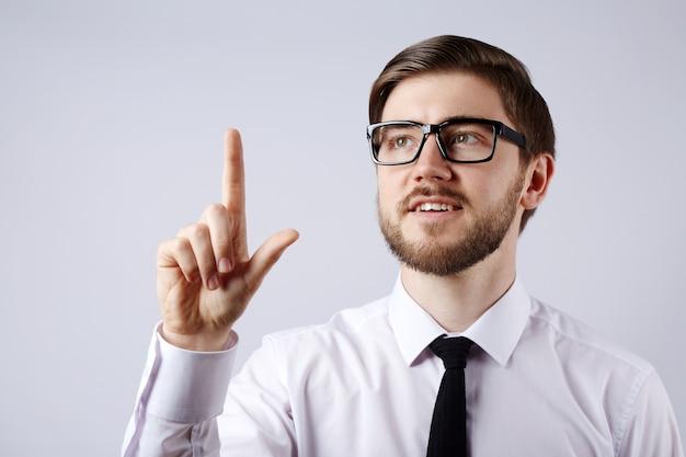 흰색 셔츠와 안경 벽, 비즈니스 개념, 복사 공간, 초상화, 아이디어를 입고 매력적인 남자.