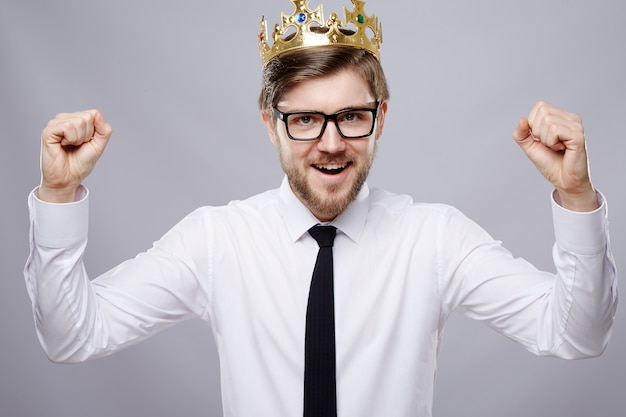 흰 셔츠, 왕관과 안경 벽, 비즈니스 개념, 복사 공간, 초상화, 행복을 입고 매력적인 남자.