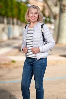 魅力的な中年金髪女性らストリート。