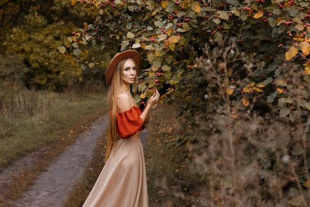秋のメイクで魅力的なモデル。クローズアップ。秋のトレンドとブログ