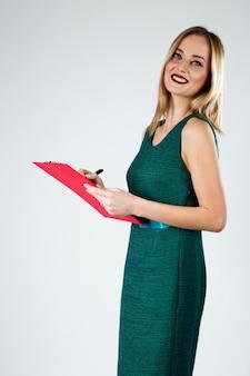 클립 보드와 매력적인 현대 젊은 비즈니스 여자입니다.