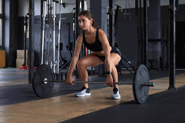 骨格筋を鍛える魅力的な筋肉にフィットする女性。