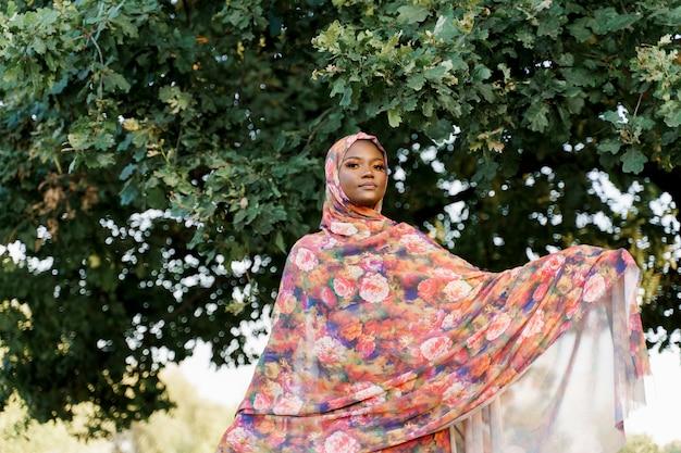 녹색 나무 근처 hijab 미소에 weared 매력적인 이슬람 흑인 소녀
