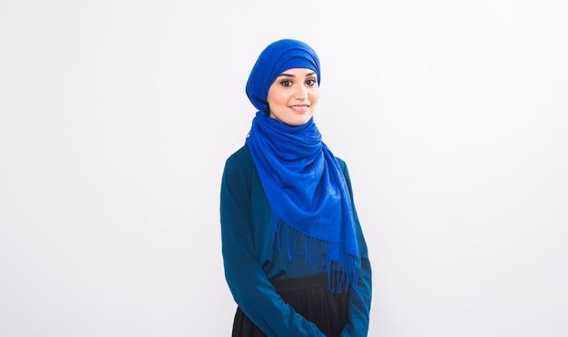 白い背景に魅力的なイスラム教徒の女性、スタジオ ショット