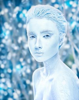 雪に覆われた冬の森の美しさと氷の女性で覆われた魅力的な裸