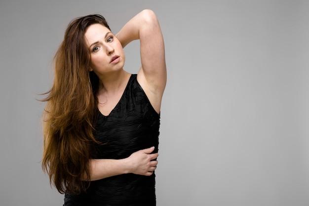 Привлекательная женщина с избыточным весом в модной одежде