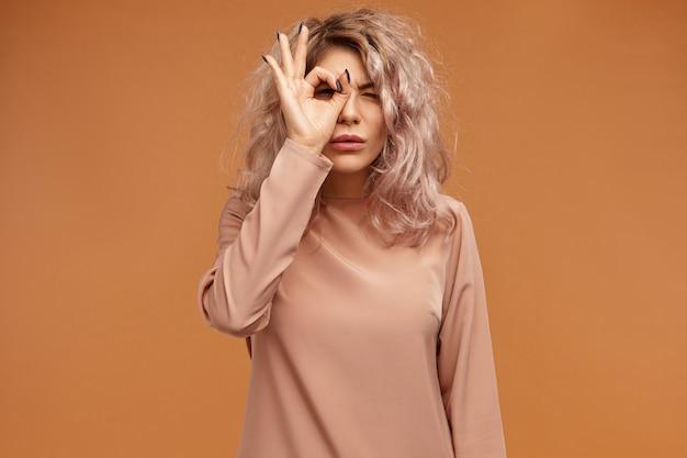 Attraente giocoso giovane femmina hipster con piercing al viso divertendosi