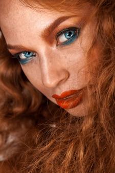 肌と茶色の髪にそばかすのある女性の魅力的な肖像画