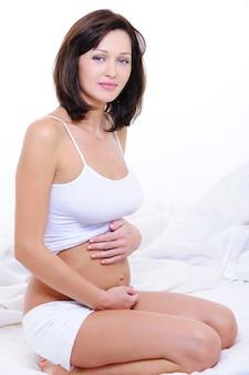魅力的な妊娠中のブルネットの女性