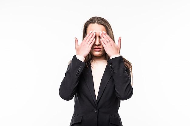 Привлекательная профессиональная женщина закрыла глаза руками в черном платье на белом.