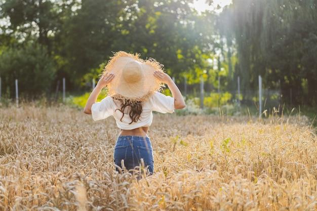 麦畑で魅力的な赤い髪の少女