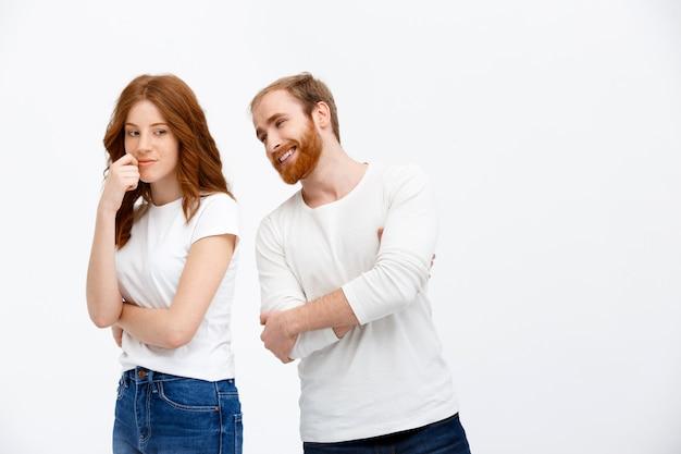 Привлекательный рыжий мужчина и женщина говорят