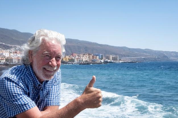 바다 여행 푸른 바다와 하얀 파도에서 즐거운 수염을 기른 매력적인 노인
