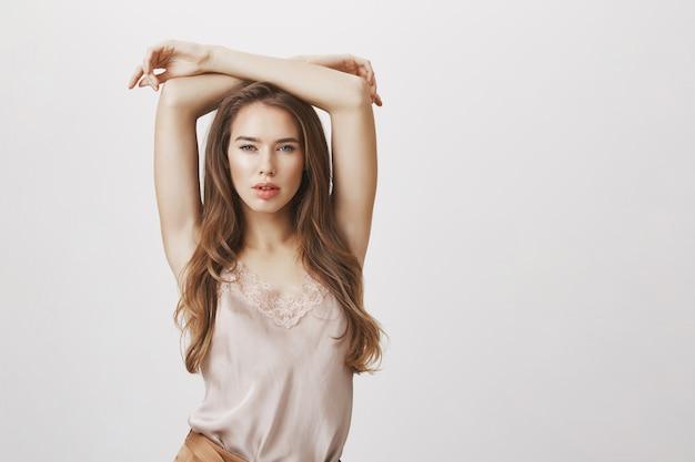魅力的なセクシーな女性が白い背景にポーズ