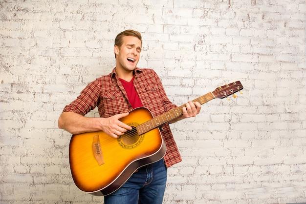 コンサートを行い、ギターで演奏する魅力的な歌手