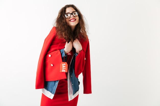 Vestiti da portare sorridenti attraenti di vendita della donna