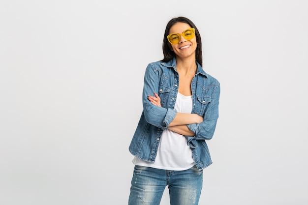 Attraente donna sorridente con le braccia incrociate in posa isolato su bianco
