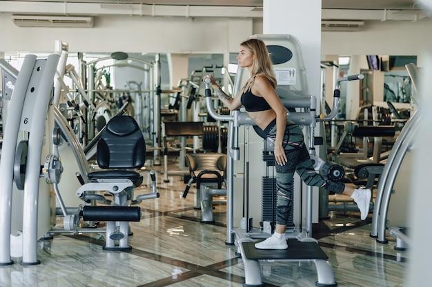 魅力的なスポーツ少女は、腰とお尻の演習を行います。健康的な生活様式。