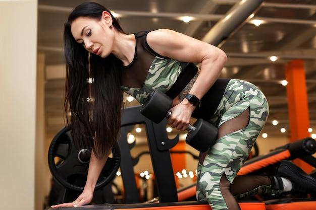 훈련에 아령과 매력적인 sportswoman