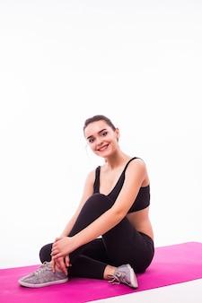 Привлекательная спортивная женщина, тренирующаяся на белом фоне