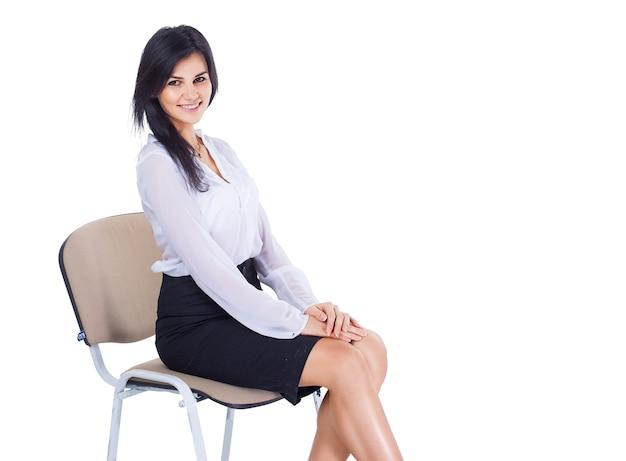 Привлекательная, успешная деловая женщина сидит на стуле, найдется место для вашего текста