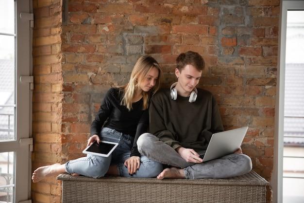 一緒にデバイスを使用して魅力的な驚きと驚きのカップル
