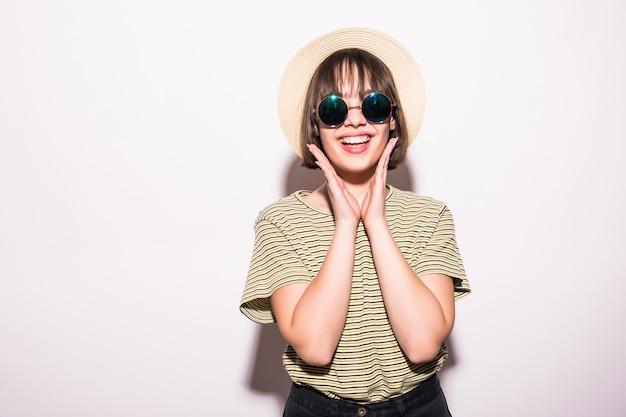 Attraente ragazza adolescente hipster in cappello, occhiali da sole isolati