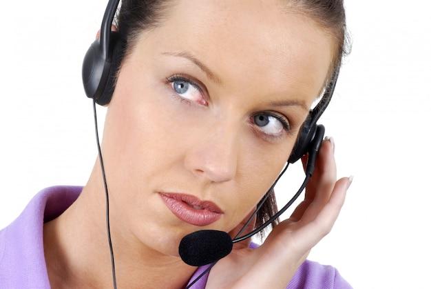 Привлекательный телефонный работник внимательно слушает клиента