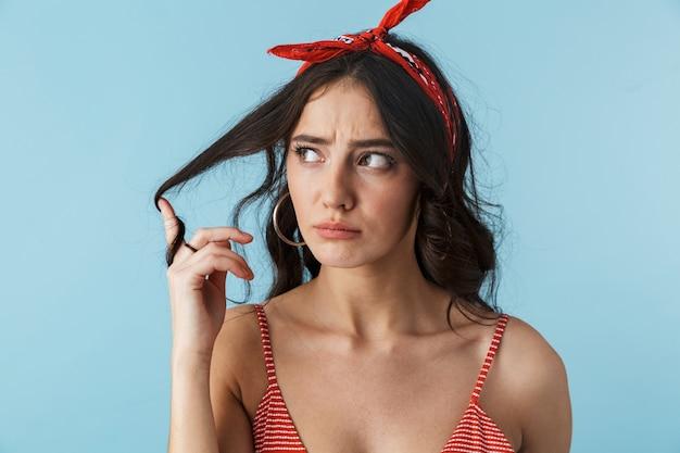 블루 이상 격리 서 여름 옷을 입고 매력적인 불행 화가 젊은 여자