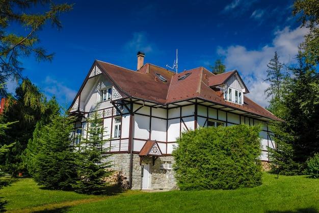 슬로바키아의 tatras 산맥에 있는 매력적인 휴가용 별장입니다. 자연에 둘러싸인 외로운 샬레. 사계절 리조트의 소박한 매력.