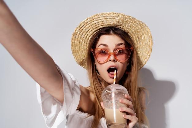 손 패션 고립 된 배경에 음료와 함께 매력적인 여자 유리