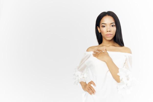 Привлекательная женщина африканского внешнего вида, держащая лицо косметики очарование модели