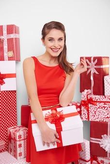 魅力的な女性と大きなクリスマスプレゼント