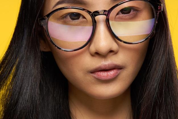 魅力的な女性アジアの外観メガネのクローズアップ黄色の魅力。