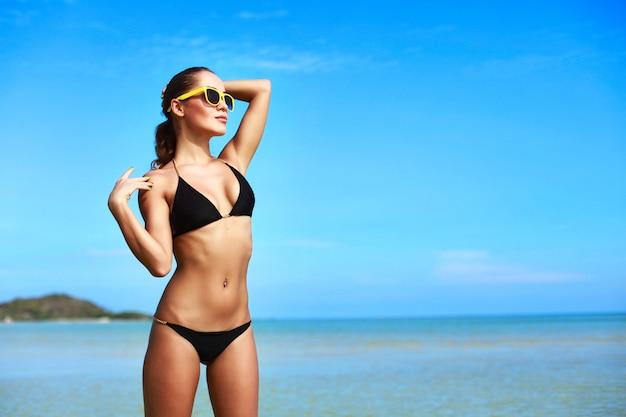Donna attraente in bikini godendo una giornata di sole