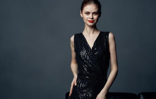 Привлекательная женщина черное платье гламур косметика роскошь