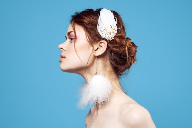 魅力的な女性の明るいメイクふわふわシリーズファッションブルーの背景。高品質の写真