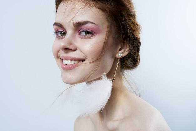 魅力的な女性の明るいメイクの裸の肩の装飾の魅力のクローズアップ。高品質の写真