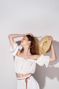 魅力的な女性明るいメイク白いドレス孤立した背景。高品質の写真