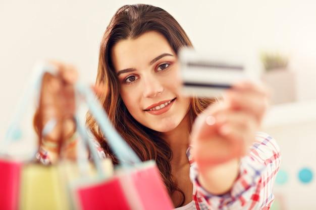 オンラインでイースターギフトを購入する魅力的な女性