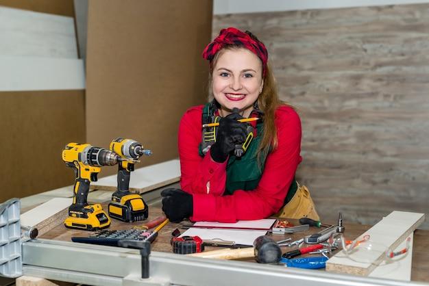 Привлекательная женщина-плотник, делая эскиз для мебели