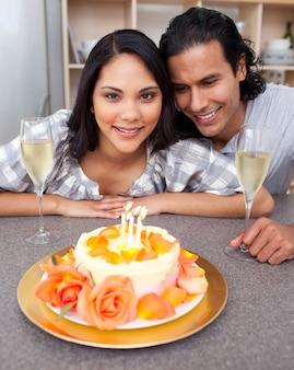 Привлекательная женщина, отмечающая свой день рождения с мужем