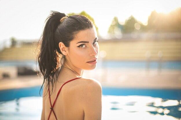 Привлекательная женщина в бассейне