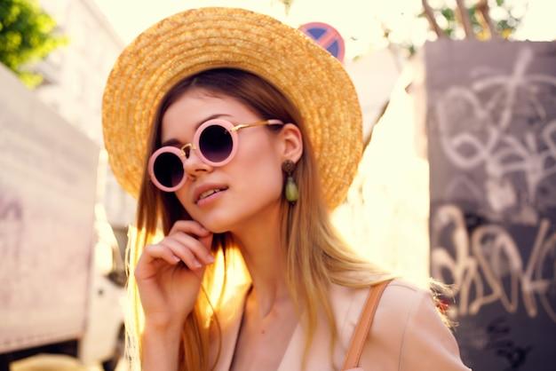 魅力的な女性の街歩き楽しいファッション新鮮な空気のライフスタイル