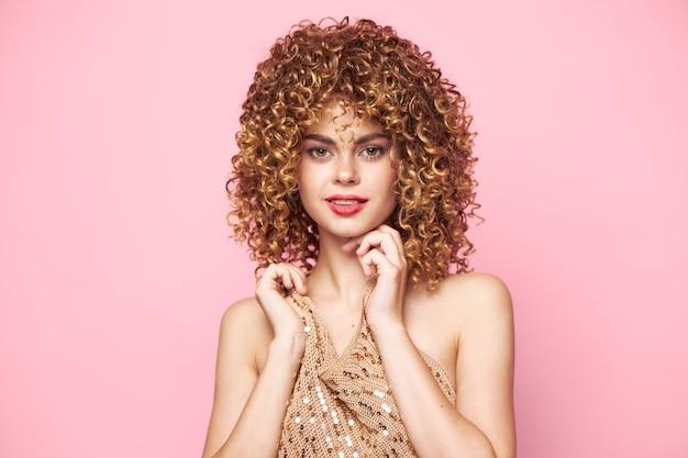 魅力的な女性巻き毛赤い唇笑顔先を見据えた魅力