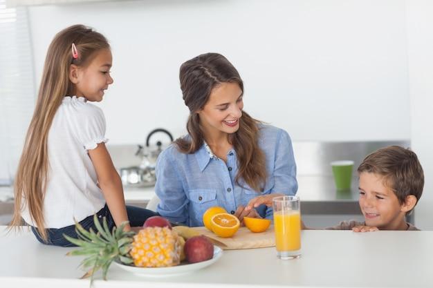 Привлекательная женщина резки оранжевый для ее детей