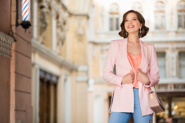 쇼핑에 밀라노의 거리에서 걷고 유행 옷을 입고 매력적인 여자